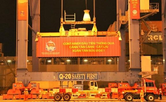Tan Cang Sai Gon et Tien Sa accueillent leurs premiers containers de l'an hinh anh 1