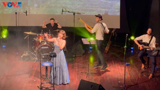 Glamour, un voyage au cœur de la chanson francaise a Hanoi hinh anh 3