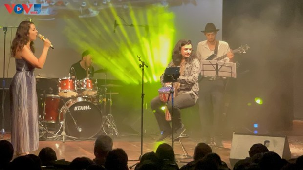 Glamour, un voyage au cœur de la chanson francaise a Hanoi hinh anh 4