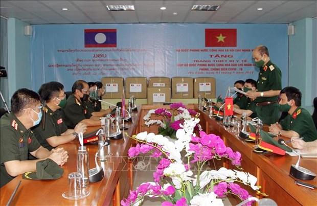 COVID-19 : Aide du ministere vietnamien de la Defense a son homologue lao hinh anh 1