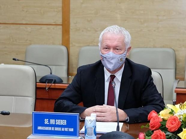 Le ministere de la Sante travaille avec des ambassadeurs sur les vaccins contre le COVID-19 hinh anh 2