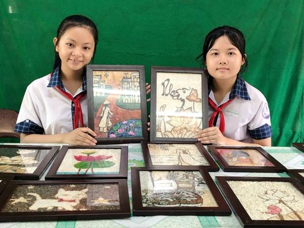 A Can Tho, des collegiens proposent de faire de l'art avec du riz et des materiaux recycles hinh anh 1