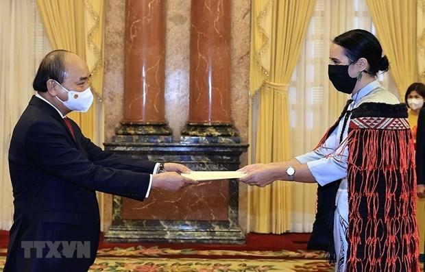 El presidente Nguyen Xuan Phuc recibe a los embajadores de cuatro países de Hinh Anh 1