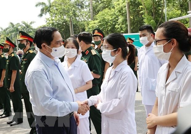 Le PM assiste au lancement de la campagne nationale de vaccination contre le COVID-19 hinh anh 2
