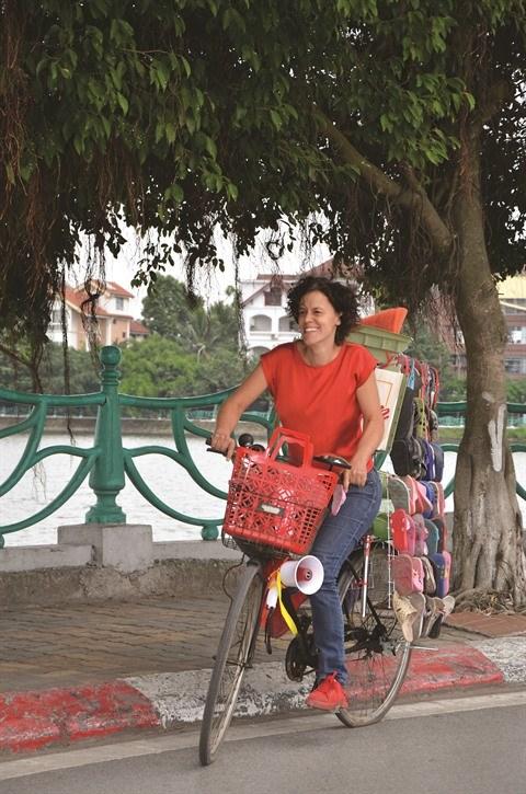 Au Vietnam, une Belge donne une autre vie aux sandales perdues hinh anh 1