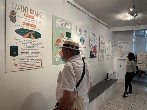 Les dessins graphiques sur l'agent orange au Vietnam exposes en France hinh anh 2