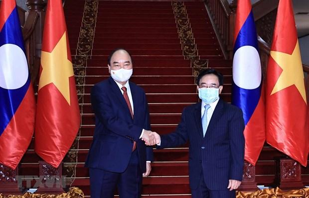 Le president Nguyen Xuan Phuc rencontre des personnalites du Laos hinh anh 1