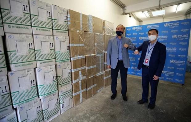 COVID-19 : l'OMS remet des fournitures medicales au gouvernement vietnamien hinh anh 3