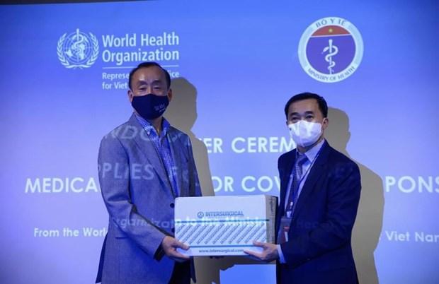 COVID-19 : l'OMS remet des fournitures medicales au gouvernement vietnamien hinh anh 1