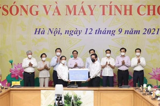"""Le PM preside le lancement du programme """"Ondes et ordinateurs pour les enfants"""" hinh anh 2"""