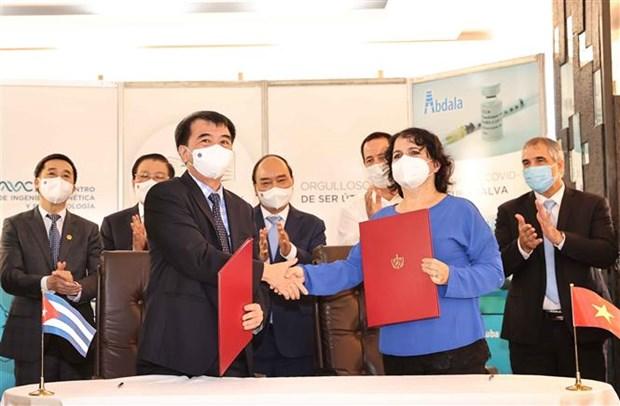 Le president Nguyen Xuan Phuc visite le Centre cubain de genie genetique et de biotechnologie hinh anh 2