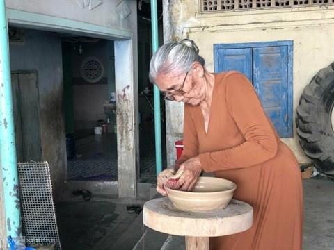 L'artisane Don Thi Hieu, gardienne de l'ame de la ceramique Cham hinh anh 1