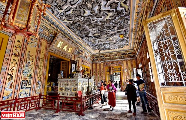 Mausolee de Khai Dinh, un chef d'œuvre de l'art de la mosaique de porcelaine hinh anh 2