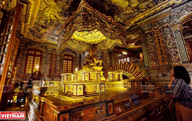 Mausolee de Khai Dinh, un chef d'œuvre de l'art de la mosaique de porcelaine hinh anh 3