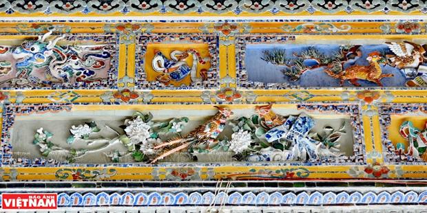 Mausolee de Khai Dinh, un chef d'œuvre de l'art de la mosaique de porcelaine hinh anh 7