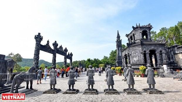 Mausolee de Khai Dinh, un chef d'œuvre de l'art de la mosaique de porcelaine hinh anh 1